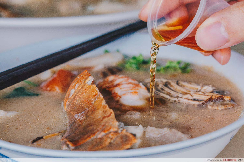 Shun Feng Crayfish Delight - Alcohol Pouring Closeup