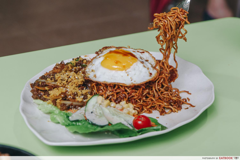 rayyan's waroeng upnormal bami goreng cajun spice black pepper beef noodle pull