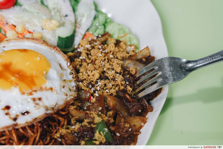 rayyan's waroeng upnormal bami goreng cajun spice black pepper beef topping
