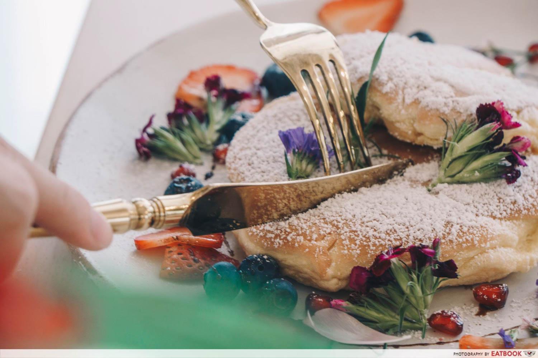 Cafe De Nicole's Flower - Souffle Pancake Cutting Shot