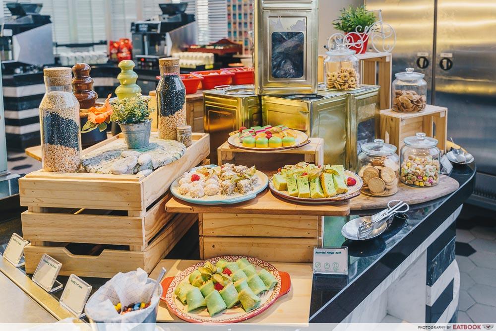 Holiday Inn Singapore Atrium Restaurant dessert station