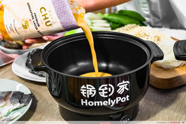 Homelypot chu collagen laksa soup - pouring