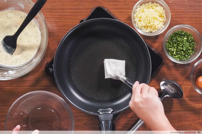 IG-worthy min jiang kueh - oil the pan