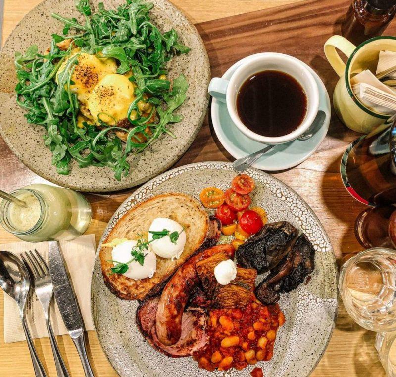 eggs benedict, full breakfast